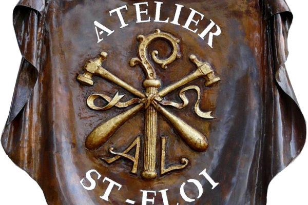 Enseigne de l'Atelier St Eloi en cuivre repoussé et doré à la feuille