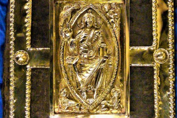Parement d'une bible ancienne en Laiton repoussé et doré