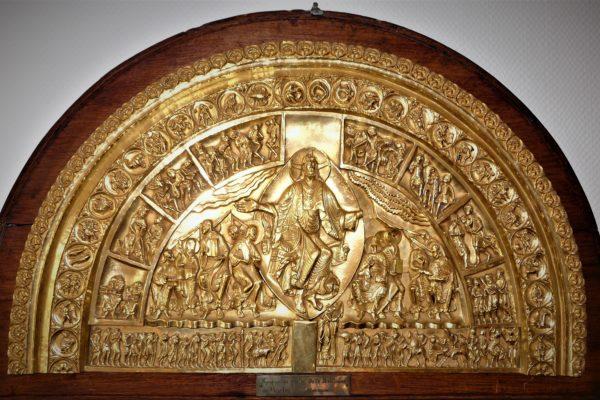 reproduction au dixième du Tympan du Narthex de la Basilique de Vézelay en laiton repoussé et doré